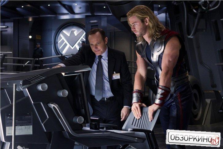 Chris Hemsworth и Clark Gregg в фильме Мстители (Avengers)