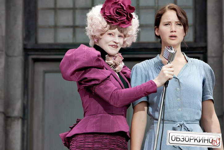 Elizabeth Banks и Jennifer Lawrence в фильме Голодные игры (The Hunger Games)